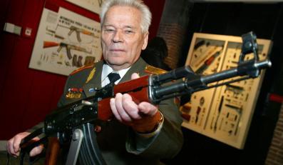 Michaił Kałasznikow ze swoim karabinem
