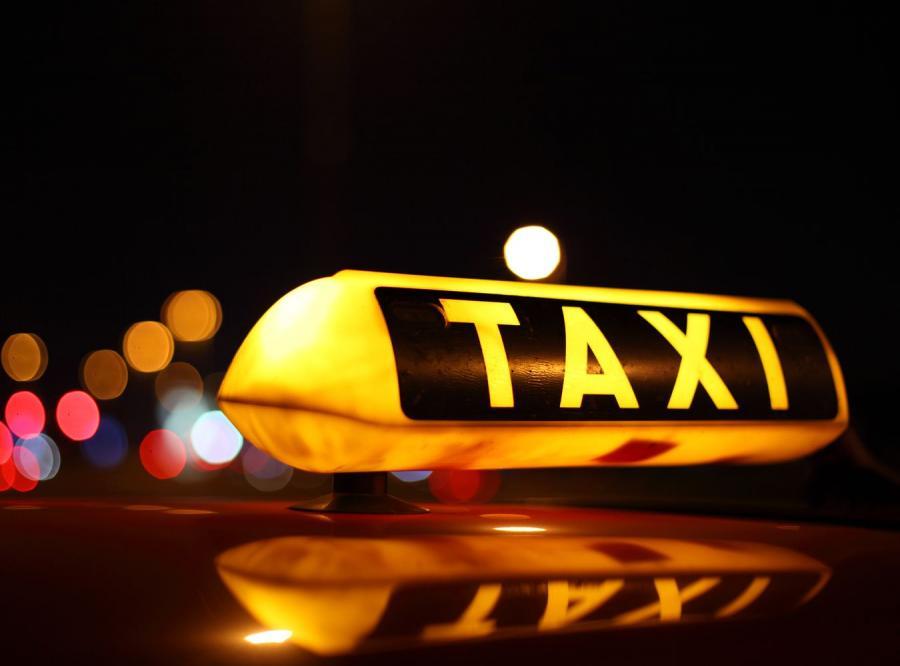 Nadjeżdża taksówka z darmowym internetem