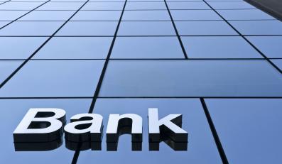 Kolejny bank podnosi opłaty