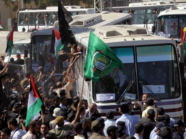 Autobus z Palestyńczykami zwolnionymi z izraelskich więzień wjeżdża do Strefy  Gazy