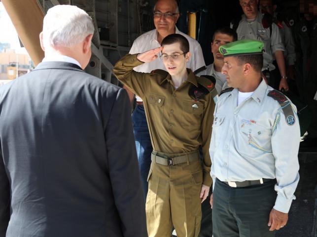 Gilad Szalit  uwolniony z palestyńskiej niewoli salutuje przemierowi Benjaminowi Netanyahu