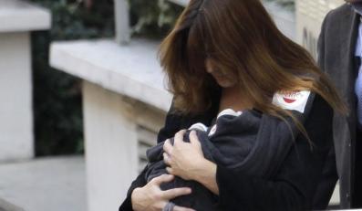 Carla Bruni z nowo narodzonym dzieckiem: zobacz pierwsze zdjęcia!