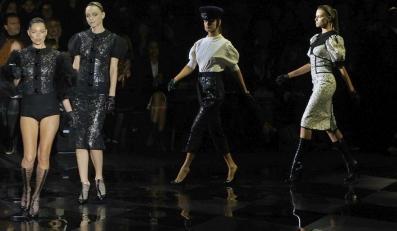 Kate Moss wraz z innymi modelkami prezentuje kolekcję Louis Vuitton na sezon jesień-zima 2012