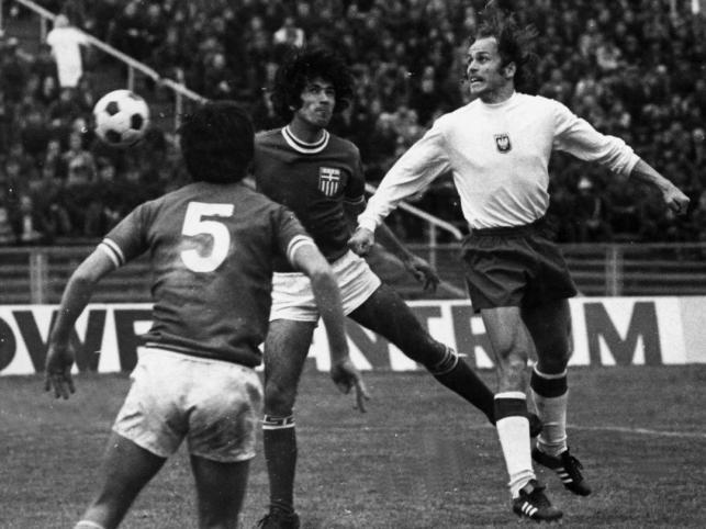 Grzegorz Lato w reprezentacyjnej koszulce podczas meczu Polska - Grecja