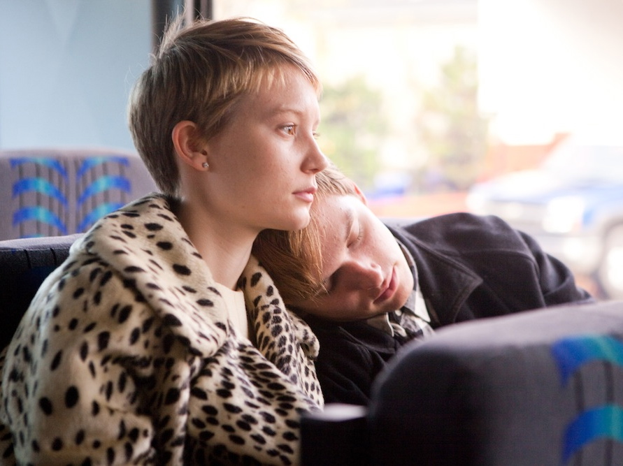 Mia Wasikowska i Henry Hopper ratują \