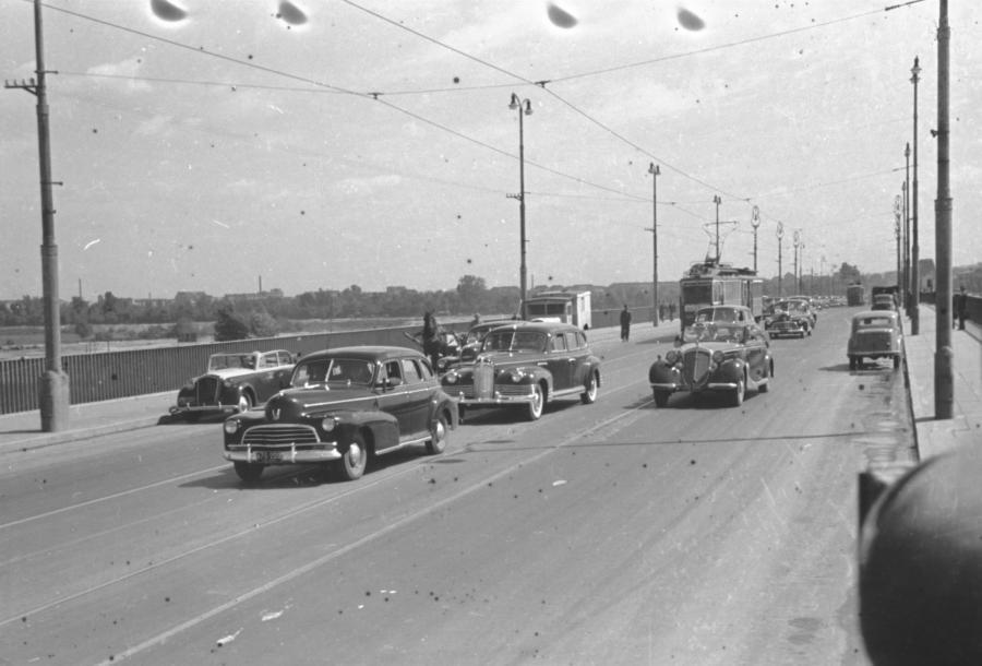 Parking przed sejmem, początek lat 50. Na pierwszym planie (z orłem) radziecki samochód ZIS 110 (prawdopodobnie prezydenta Bolesława Bieruta). Za nim: trzy Chevrolety z 1946 roku, jeden Chevrolet z 1949 roku (De Luxe) i dwa Buicki