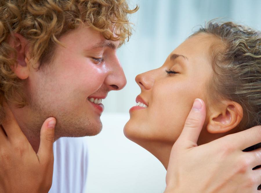 Namiętne pocałunki łagodzą stres, napięcia i negatywną energię wpędzając w dobre samopoczucie i obniżenie hormonów stresu