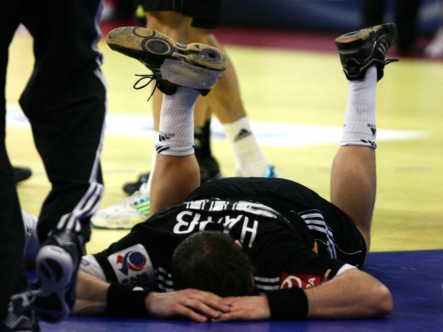 Lewa noga Niemca wyłamała się w kolanie i wykręciła o 90 stopni