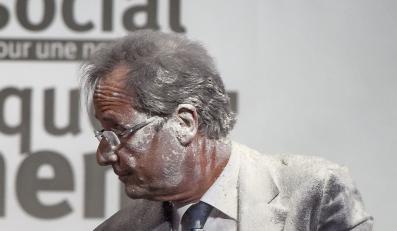 Francois Hollande obsypany mąką