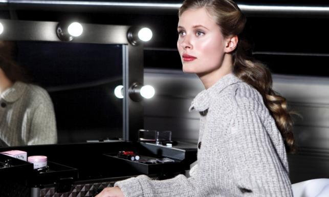 Nieskazitelnie gładka twarz Julii Pietruchy w reklamie kosmetyków