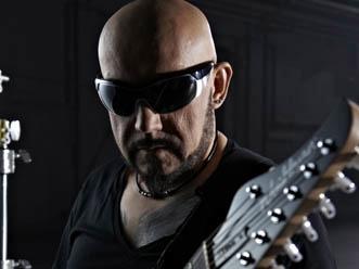 Grzegorz Skawiński solo, ale ze swoją gitarą