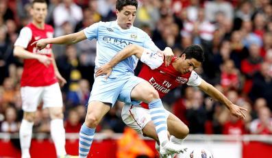 Samir Nasri walczy o piłkę z Mikelem Artetą w meczu Arsenalu Londyn z Manchesterem City