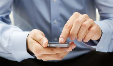 Mężczyzna z iPhonem