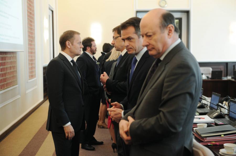 Premier Donald Tusk wita się z ministrami przed posiedzeniem rządu