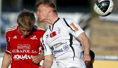 Zawodnik Górnika Zabrze Mariusz Magiera walczy o piłkę z Sylwestrem Patejukiem z Podbeskidzia Bielsko-Biała