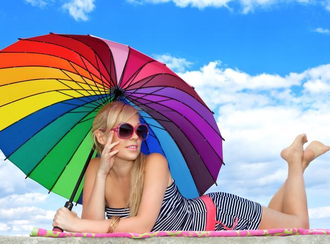 Modna kobieta na plaży