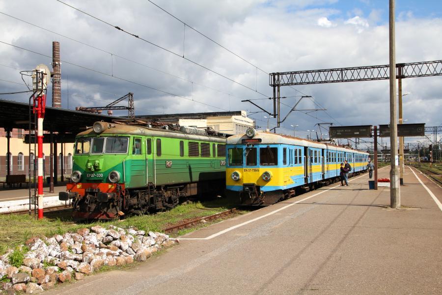 Pociągi przy peronie na stacji Toruń Główny