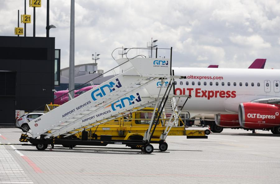Samolot linii OLT Express na lotnisku im. Lecha Wałęsy w Gdańsku