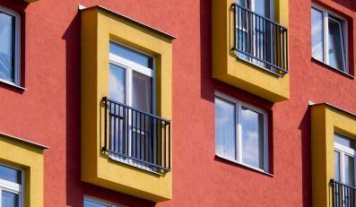 Okna budynku mieszkalnego