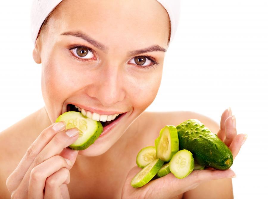 Kobieta jedząca ogórki