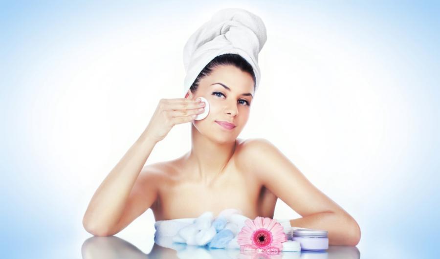 Kobieta oczyszczająca twarz