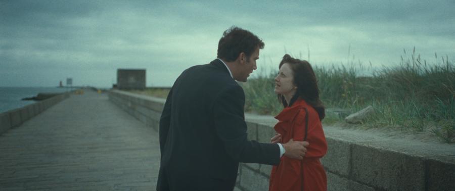 Clive Owen i Andrea Riseborough w filmie \