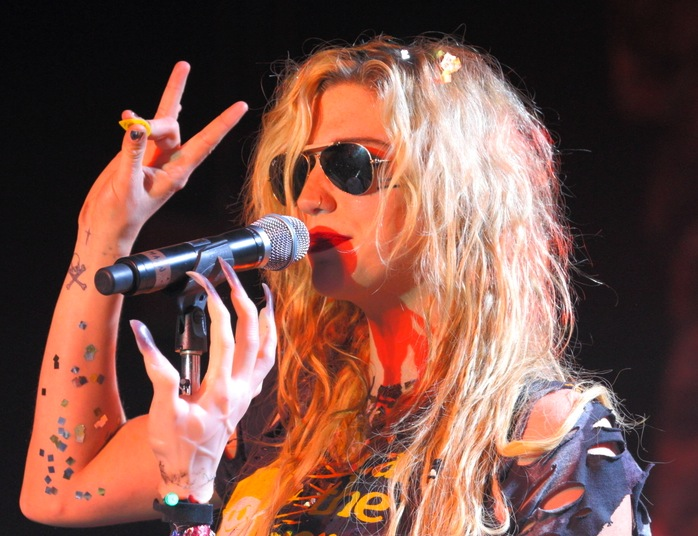 Ke$ha śpiewa \