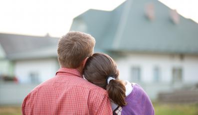 Mężczyzna i kobieta przed domem - zdjęcie ilustracyjne