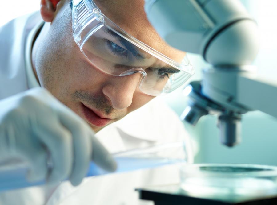 Naukowiec w trakcie badań