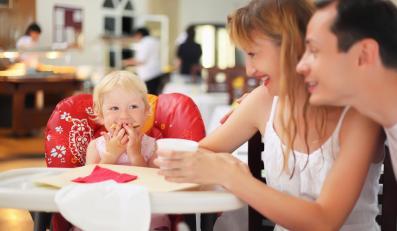 Rodzice z dzieckiem w restauracji