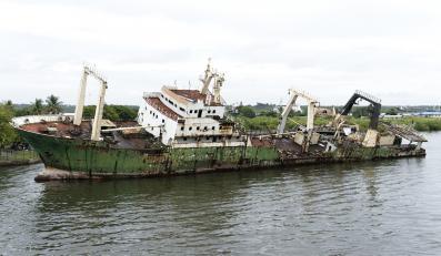Zatopiony statek w Nigerii