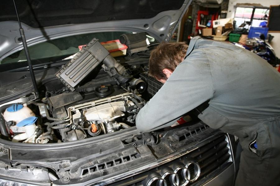 Mechanik przy aucie