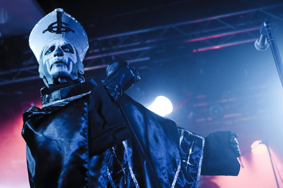 Nergal zdradza Papę Emeritusa II