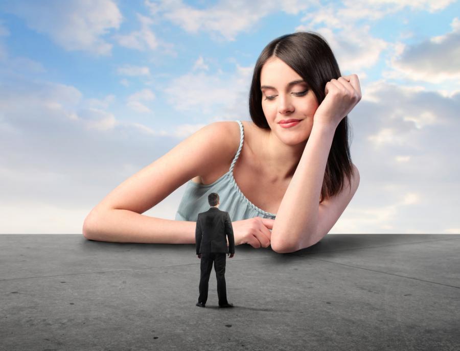 Kobieta patrząca na mężczyznę