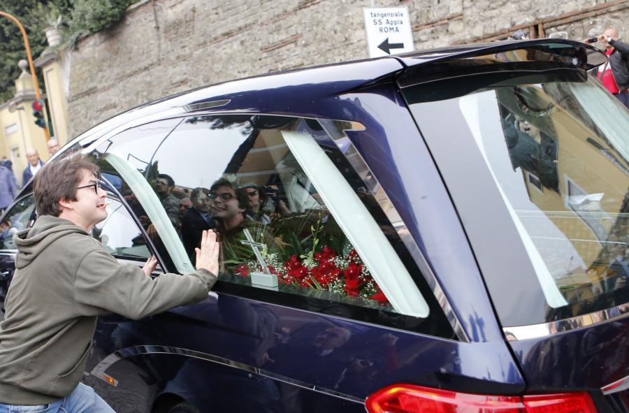 Karawan z trumną Ericha Priebkego zatrzymywany na ulicy