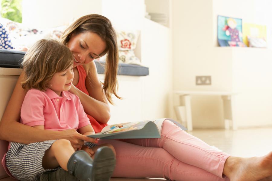 Matka czytająca dziecku