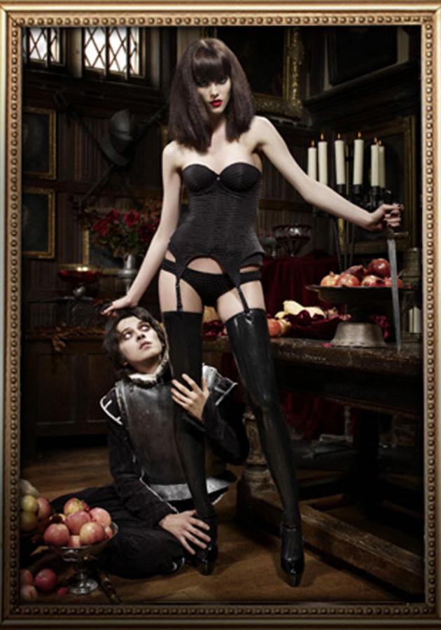 Podstawowy zestaw to czarny stanik, skąpe figi, pończochy z pasem.