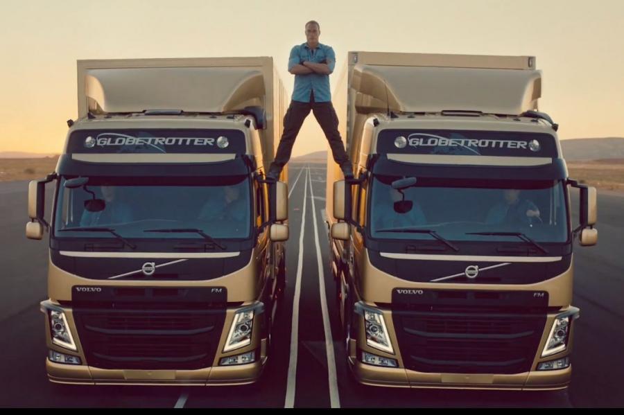 Van Damme robi szpagat na lusterkach cofających ciężarówek