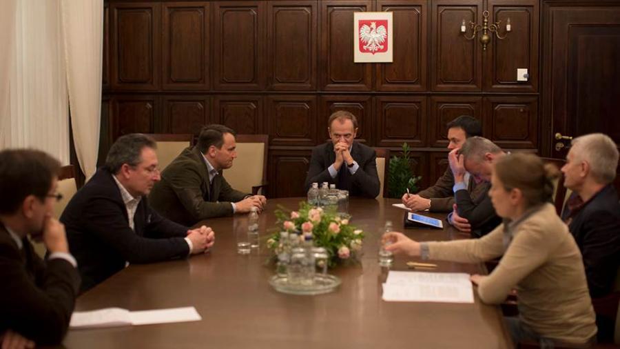 Grudniowa, nocna narada w sprawie Ukrainy. I zdjęcie udostępnione przez Kancelarię Prezesa Rady Ministrów, które internauci przerabiali potem na memy