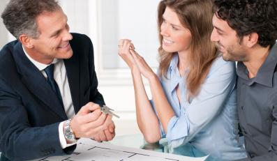 Para na spotkaniu z pośrednikiem nieruchomości
