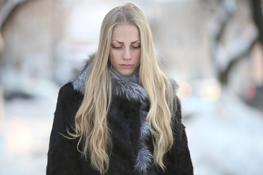 Smutna kobieta w zimowej scenerii