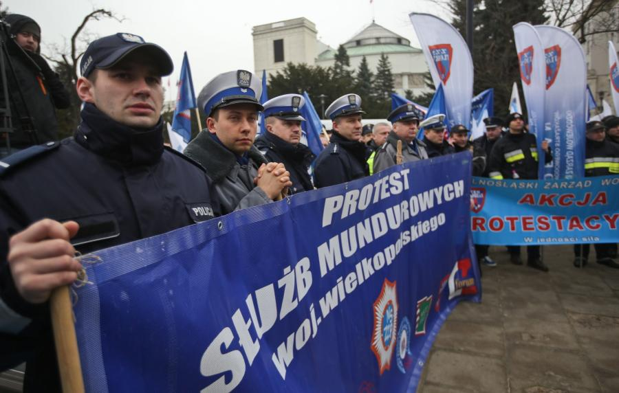 Pikieta mundurowych przed Sejmem