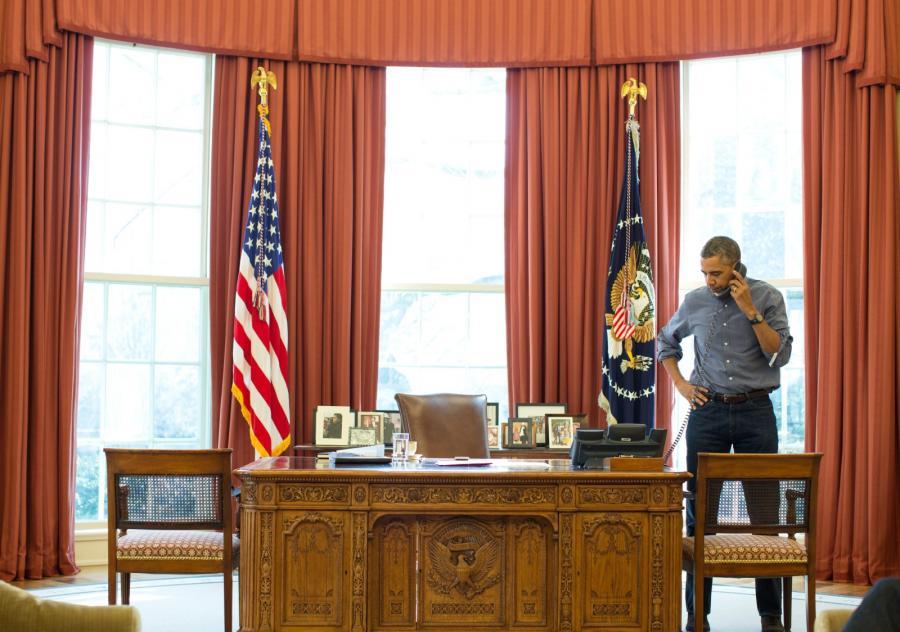 Barack Obama podczas rozmowy telefonicznej