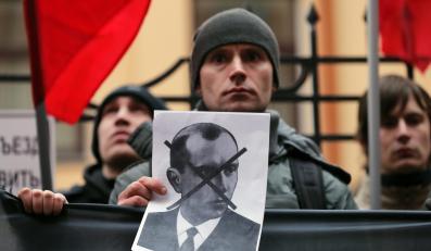 Demonstrant trzyma zdjęcie Stepana Bandery, przywódcy nacjonalistycznej organizacji