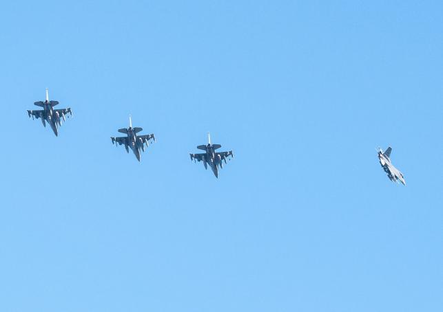 W bazie lotniczej w Łasku wylądowały pierwsze samoloty F-16 z grupy myśliwców, które w związku z sytuacją na Ukrainie do Polski wysłały Stany Zjednoczone