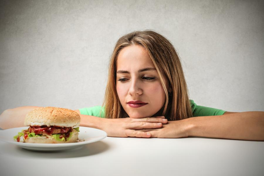 Kobieta patrząca na hamburgera