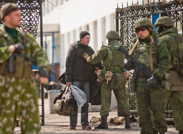 Ukraińscy żołnierze opuszczają jednostki wojskowe