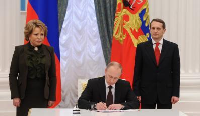 Władimir Putin podpisuje akt przejęcia Krymu i Sewastopola