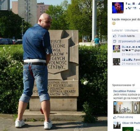 Kontrowersyjne zdjęcie mężczyzny przed pomnikiem