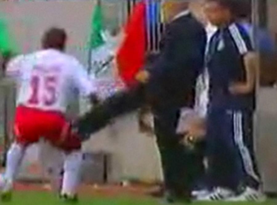 Zobacz, jak trener kopnął piłkarza